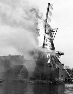 Brandende Molen de Adriaan in Haarlem