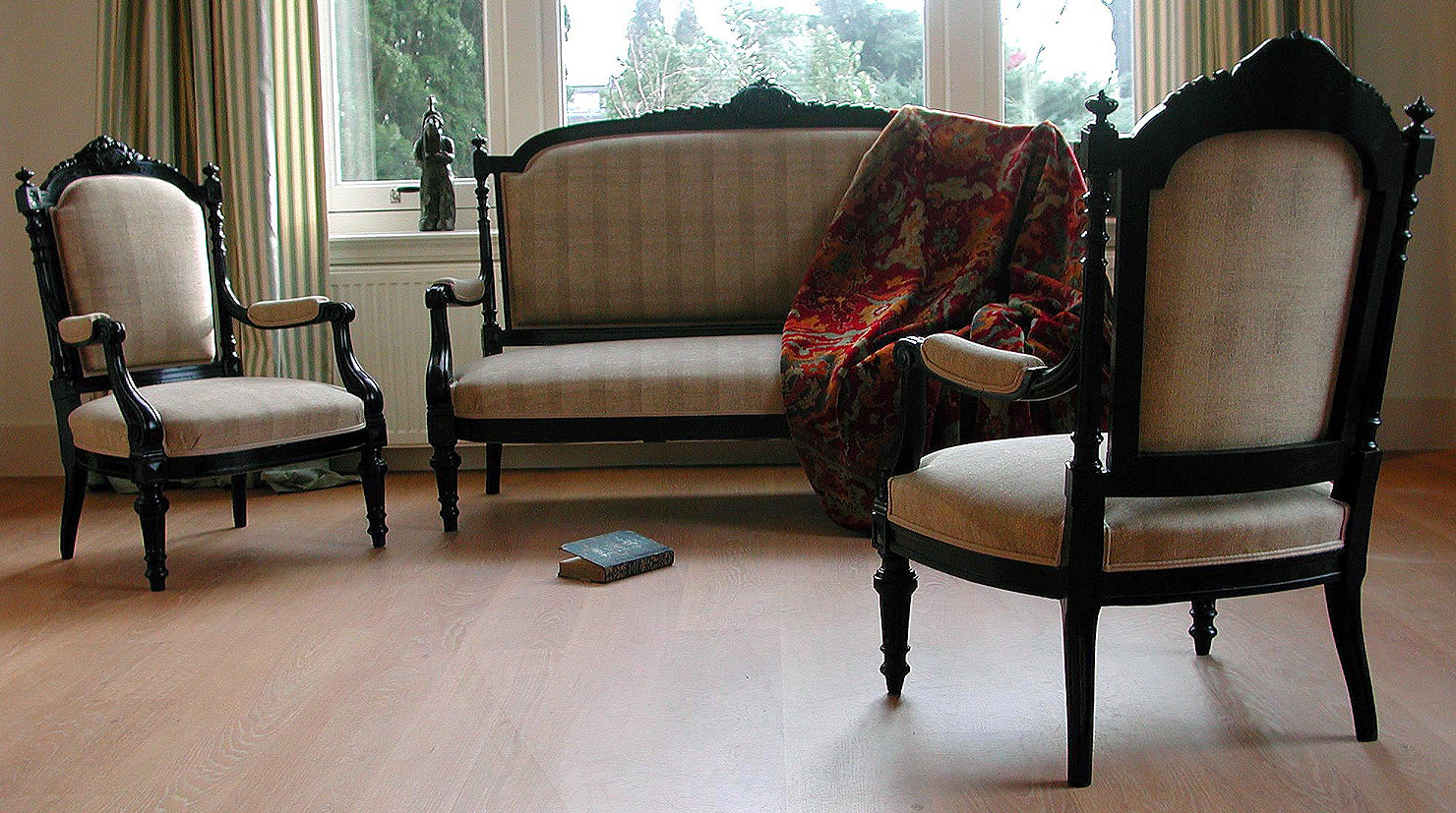 "Elegante salon-suite in Lodewijk XVI-stijl in ""bois norci"", ca. 1880/1900."