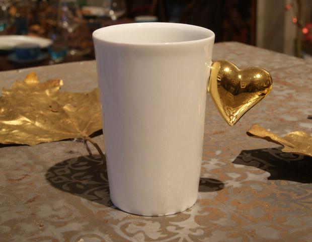Espressokop met een glanzend hart in gepolijst goud