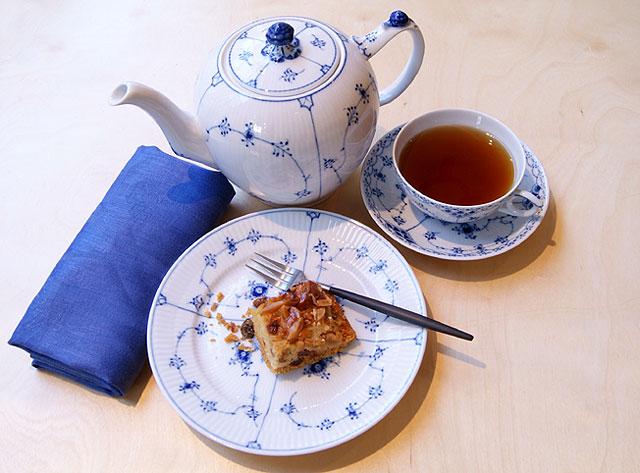 Royal Copenhagen Blue Fluted Plain theepot en Blue Fluted Half Lace theekop en schotel