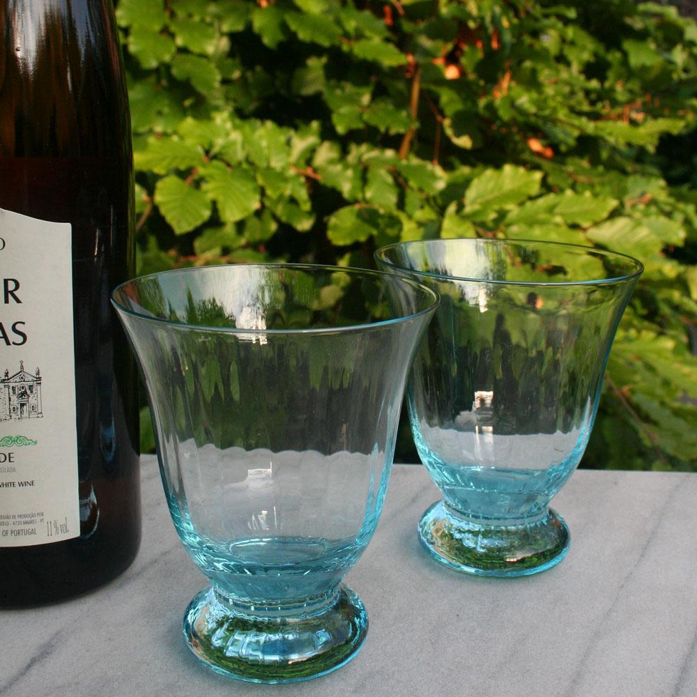 Dibbern Venice glazen zijn multi-inzetbaar, zoals op deze afbeelding, voor een glaasje witte wijn in de tuin.