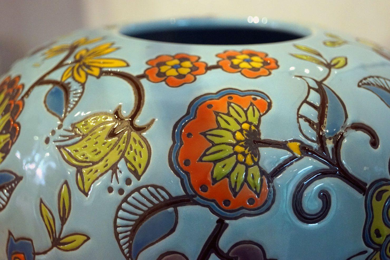 Blauw geglazuurde aardewerken Jinja vaas met bloemdecor van Des Pots, verkrijgbaar bij Schreuder & Kraan in Haarlem