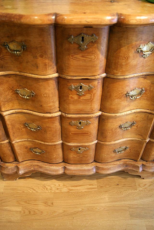 Antieke Hollandse grenenhouten orgelgebogen ladenkast met gecontoureerde  laden, ca 1760. Detail van de lades.