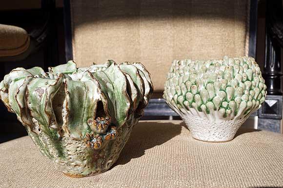 Luffa vaas van handgevormd steengoed door des Pots, verkrijgbaar bij Schreuder & Kraan