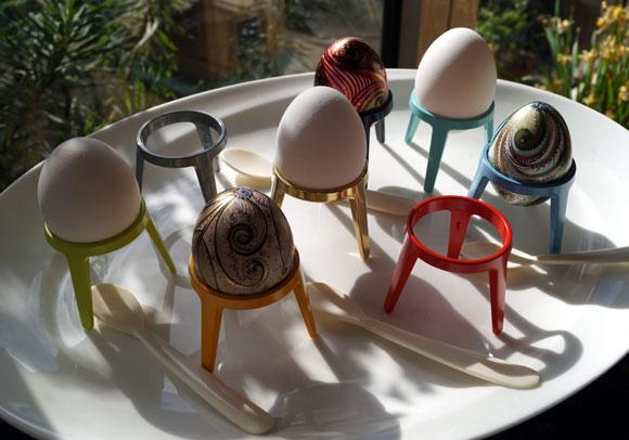 Rocket stapelbare metalen eierhouders in vrolijke kleuren  (lichtgroen, oranje, zink, rood, blauw, turquoise, zwart) bij Schreuder en  Kraan in Haarlem
