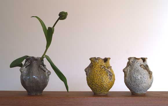 Haasvaas van handgevormd steengoed door des Pots, verkrijgbaar bij Schreuder & Kraan