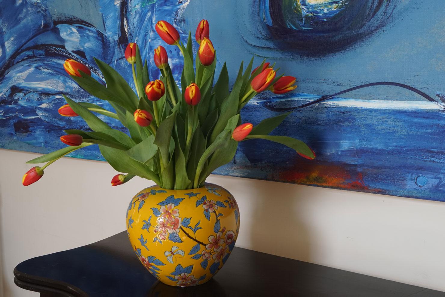 Geel geglazuurde aardewerken Jinja vaas met bloemdecor van Des Pots, verkrijgbaar bij Schreuder & Kraan in Haarlem