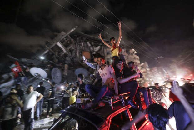 Mahmud Hams (AFP) Bewoners van Gaza gaan de straat op om het einde van het geweld te vieren, 21 mei 2021.